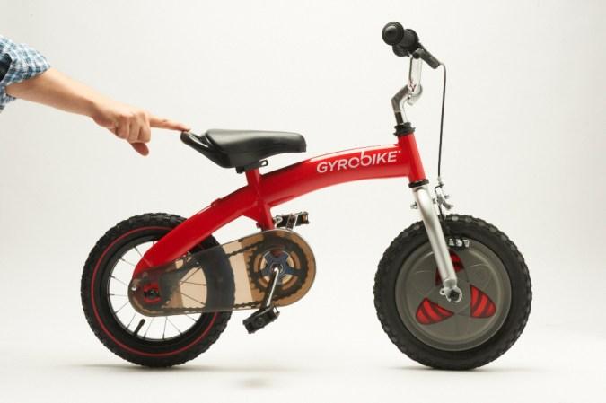 Al principio se le quitan los pedales a la bici, de manera que se acostumbren a desplazarse con ella en las piernas sin liarse. Luego viene el paso de empezar con los pedales, pero para mantener el equilibrio se usa como rueda delantera una rueda GyroWheel con sistema giroscópico.