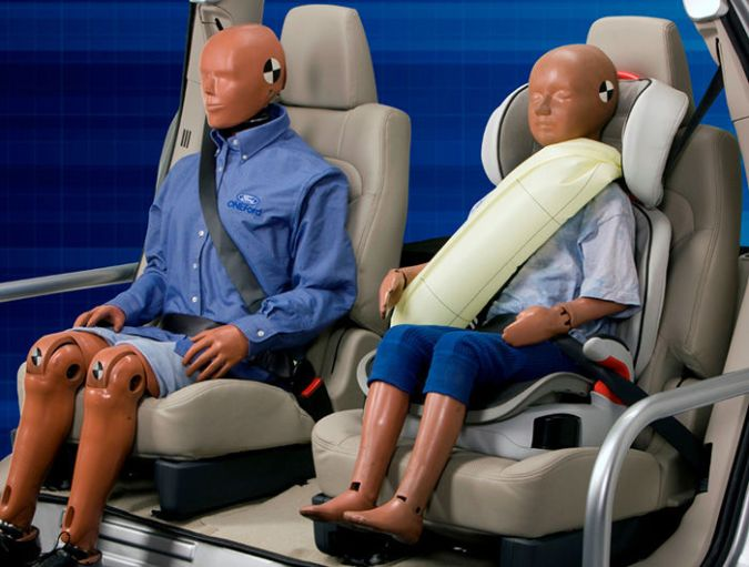 El cinturón de seguridad hinchable es un sistema que combina la retención del cinturón con el inflado de un airbag para reducir las lesiones en tórax, cabeza, cuello y espalda a la hora de sufrir la brutal deceleración en un accidente.