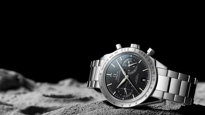 """""""Entre los sutiles rasgos que lo unen al primer OMEGA Speedmaster de 1957, están las asas rectas, que se prolongan desde la caja del reloj…"""""""