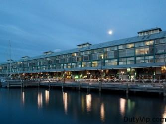 Vista externa de noche BLUE Sydney – A Taj Hotel