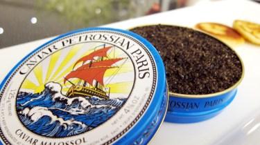 """Petrossian permite la maduración de los esturiones, confiriéndole al caviar un sabor más robusto. Al trabajar con especialistas mejores refinerías de caviar del mundo, las huevas son sometidas a un proceso de salazón específico, dando al caviar el acento delicado """"malossol"""" - que significa """"poca sal""""."""
