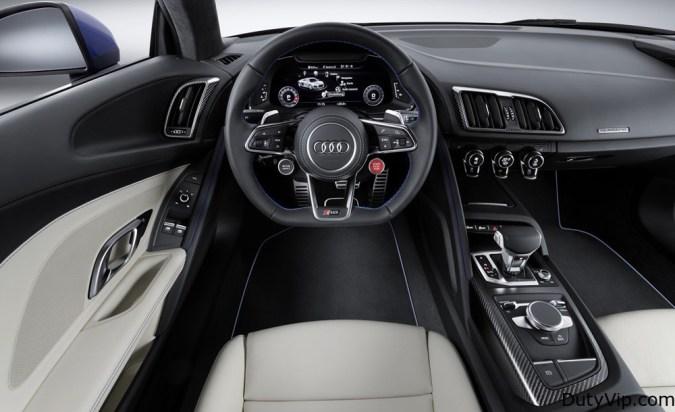 El panel de instrumentos o Audi virtual cockpit está protagonizado por el nuevo display de 12,3 pulgadas que ya vimos en el Audi TT, completamente personalizable desde el propio volante. También son nuevos los difusores de aire, los mandos de climatización (flotantes) y el selector del cambio, por ejemplo.