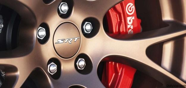 El Dodge Charger SRT® Hellcat incluye sistema de frenos Brembo de seis pistones. Este sistema proporciona el mayor sistema de frenos delanteros ofrecido en cualquier vehículo FCA US.