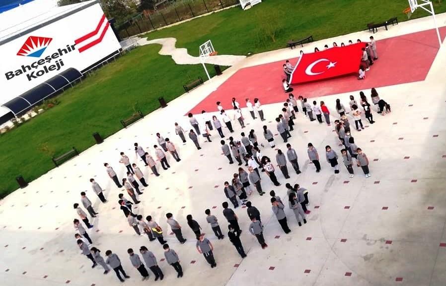 Minik öğrenciler Türk Bayrağı koreografisi ile Cumhuriyet Bayramını kutladı