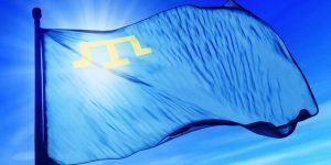 Крымскотатарский флаг представляет собой полотнище голубого цвета с тамгой желтого цвета в верхнем левом углу