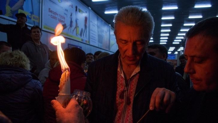 В ночь на Пасху в аэропорту «Херсон» верующим раздавали благодатный огонь из Иерусалима