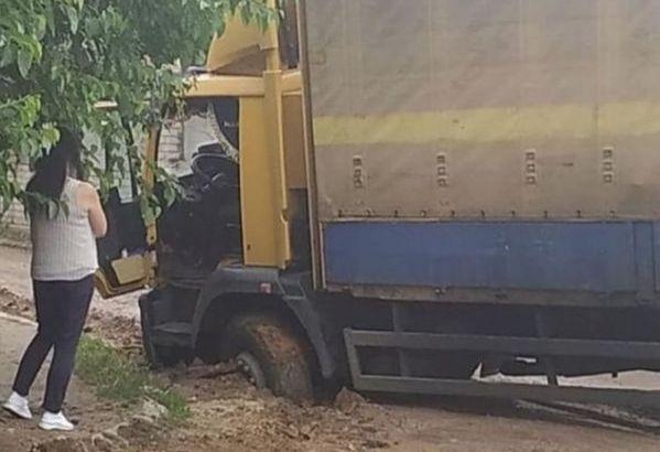 В Херсоне ДТП из-за рухнувшего асфальта: огромная фура проломила дорогу и попала в капкан