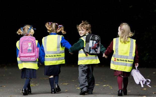Ученики младших классов должны носить светоотражающие жилеты в темное время суток