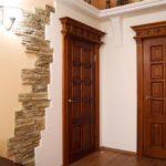 деревянные двери с капителью