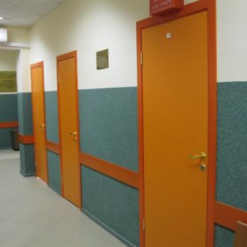 Больничные двери оранжевых тонов