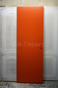 красная крашенная дверь