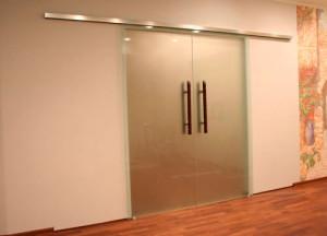 Двустворчатая матовая стеклянная дверь с раздвижным механизмом