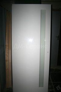 Белая крашенная дверь со стеклом