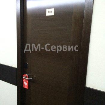 Дверь в гостиничный номер в темных тонах