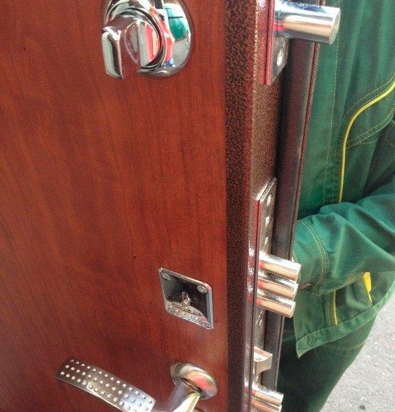 Монтаж металлической двери