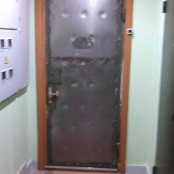 Снятие обивки с металлической двери