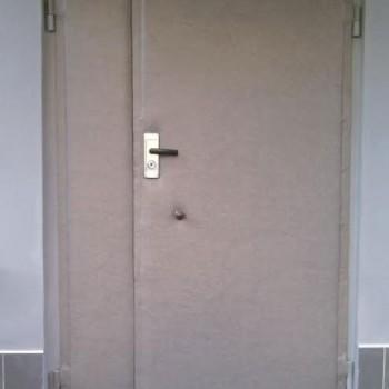 Двухстворчатая уличная дверь после обивки