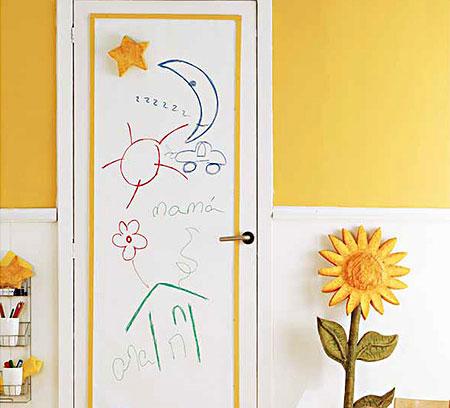 Детские рисунки на двери
