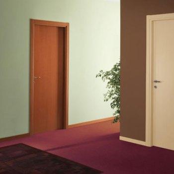 Двери окрашенные в разные цвета
