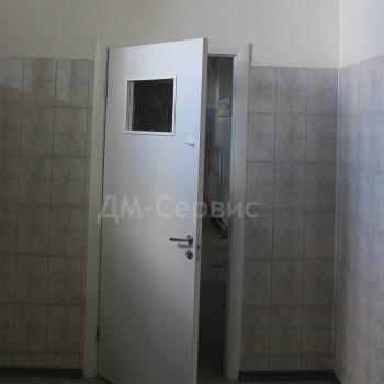 Белая пластиковая дверь остекленная