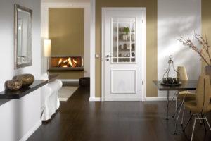 белая финская дверь со стеклом
