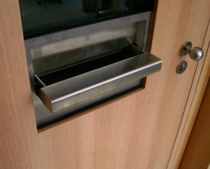 Дверь с раздаточным окном