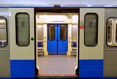 Дверь вагона в метро