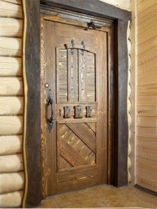 двери из массива под старину