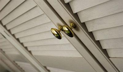 Дверные ручки на жалюзийных дверях