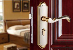 в какую сторону должна открываться дверь