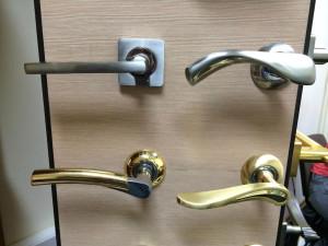 Дверные ручки для межкомнатных дверей на стенде