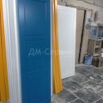 Дверь для детского садика синего цвета с оранжевым поганажем