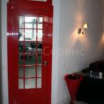 Яркая дверь в стиле английской телефонной будки