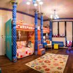 Общий вид детской комнаты с дверью