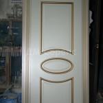 Окрашенная дверь с наличником в греческом стиле и золотым прокрасом