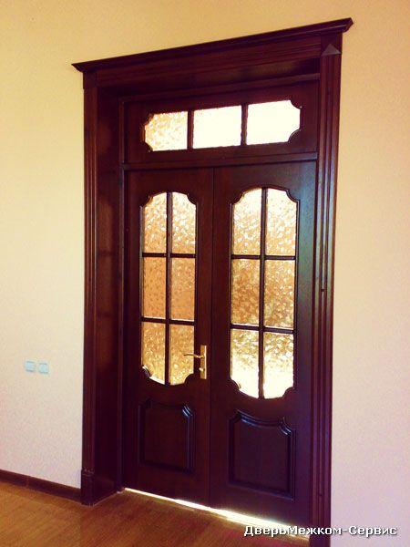Двери из массива дуба с капителью и фрамугой