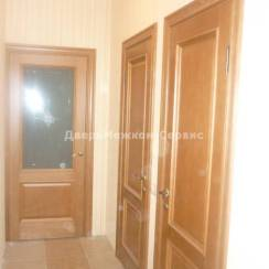 Межкомнатные двери цвета дуб в интерьере квартиры