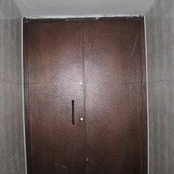 Двустворчатая железная дверь