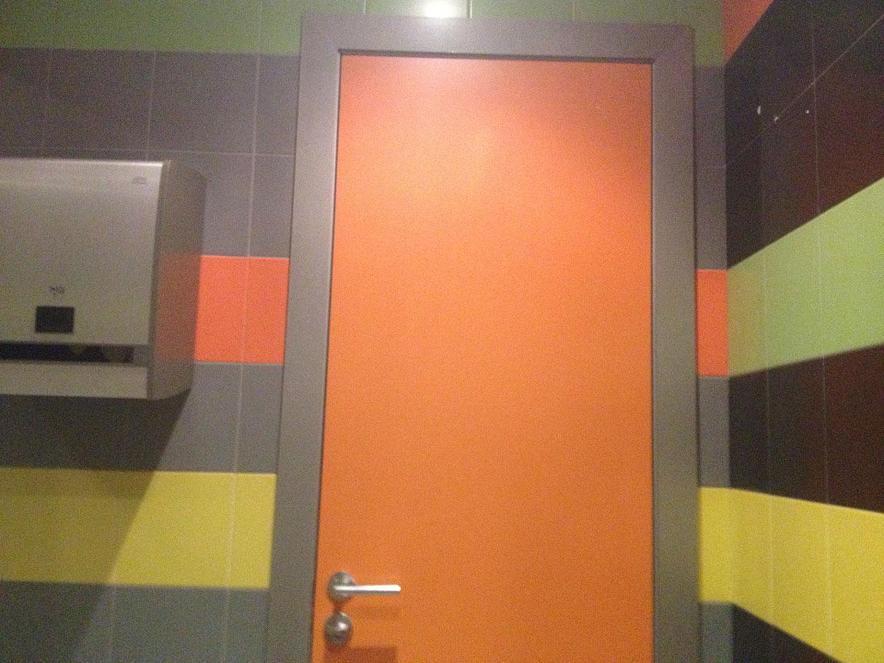 Межкомнатная пластиковая дверь для туалета