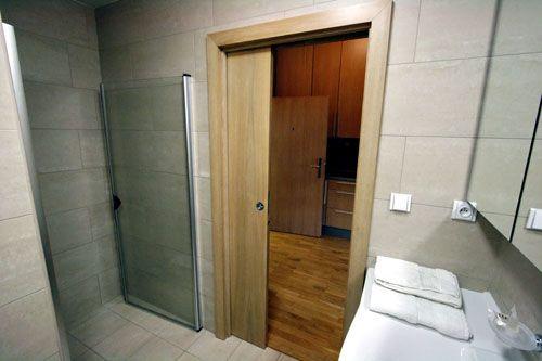 Устнавливаем раздвижные двери в ванную комнату и туалет ...