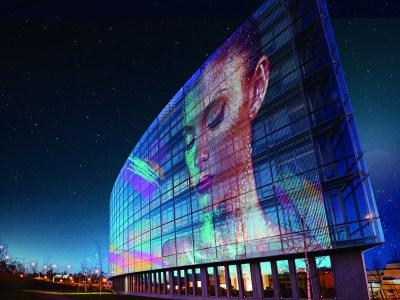 LG ya vende un film LED transparente autoadhesivo que hace de un vidrio una pantalla