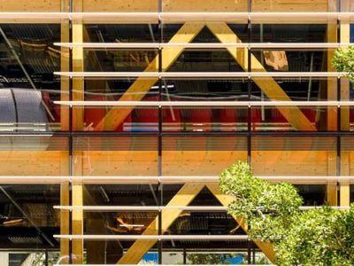 Madera y vidrio en el International House Sydney diseñado por Tzannes