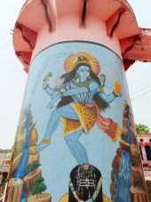 Bóg Śiwa jako król tancerzy. Zwróćcie uwagę na jego włosy. Gdy bogini Ganga spadała z nieba, Śiwa uchronił ją przed upadkiem (a ziemię przed powodziami), pozwalając, by bezpiecznie wylądowała właśnie w jego boskch włosach. Potem rozdzielił wody na strumienie - czyli Ganges i jego dopływy.