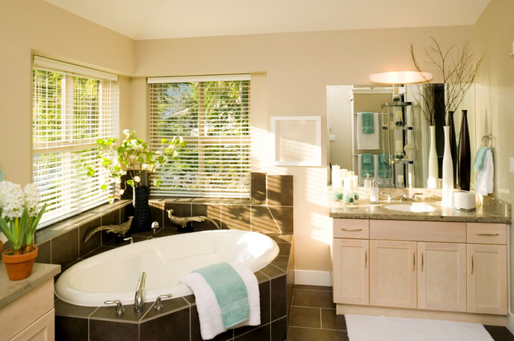 good-corner-bath-in-natural-bathroom-design
