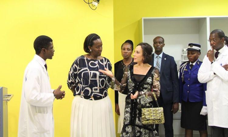 Lutte contre le Cancer : Sylvia Bongo Ondimba et Jeannette Kagamé auprès des malades