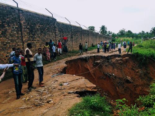 Une érosion menace de faire écrouler le mur de clôture de la prison de Kananga