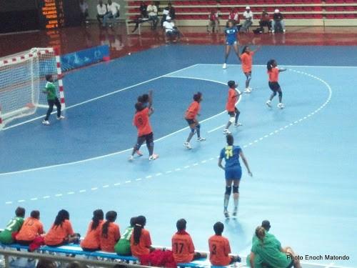 Les handballeuses congolaises (en bleu) face aux Zambiennes lors de leur premier match aux Jeux africains 2015 à Brazzaville. (Photo Enoch Matondo).