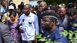 Martin Fayulu na mwasi na ye, Esther, na libanda ya Cour constitutionnelle, Kinshasa, 12 janvier 2019.