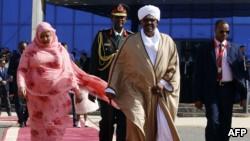 Le président soudanais Omar el-Béchir, au centre-droite, et la Première dame Widad Babiker Omer, à gauche, à Khartoum le 24 décembre 2017.