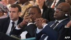 Bakonzi ya bikolo RDC, Félix Tshisekedi (droite), ya France, Emmanuel Macron (gauche), ya Kenya, Uhuru Kenyatta (na kati), bakutanaki na 4e session ya Assemblée générale ya ONU mpo na environnement (bonzinganzinga/mokili), One Planet, na Nairobi, Kenya, 1